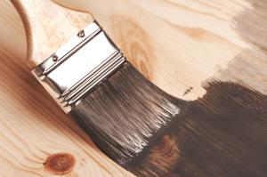 Vai pintar uma superficie Conheca as diferencas entre pintura com spray pincel e rolo