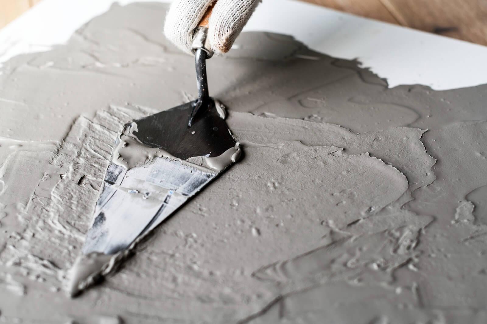 Como tirar mancha de cimento do piso?